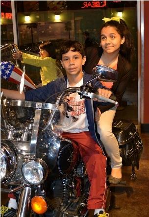 Con su hermano Christopher en la tienda Davidson en Disney, Florida, USA. (créditos: M. Vásquez)