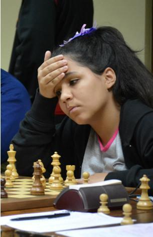 Danitza totalmente concentrada en una de las partidas del Campeonato de Puerto Rico 2014 (Créditos: M. Vásquez)