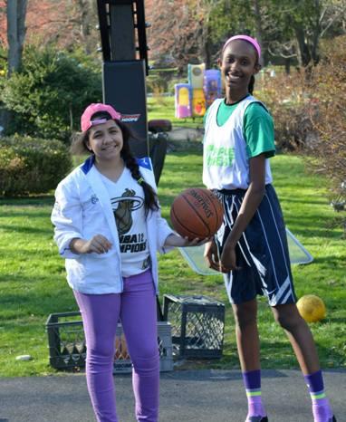 Danitza sabe que la actividad física también es muy importante para jugar ajedrez. En la foto jugando basketball con su prima Jackie (crédito: M. Vásquez)